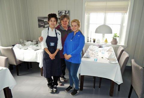 FORNØYDE: Kokkelærling Chalita Johannessen, eier Wenche Anker-Rasch og servitør Henriette Løvig viser tolt fram den nye Curtisen.
