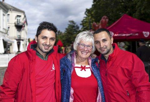 Marwan Hasan (35) (t.h.), Berit Lindstrøm og Farhad Hasan (25). Brødrene fra Syria beskriver Berit som sin mor.  Foto: David engmo