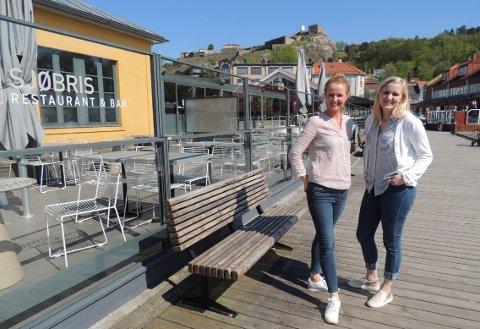 GLEDER SEG: Restaurantsjef Ann Cathrin Vanay og Sunniva Johansen som representerer eieren gleder seg til å åpne Sjøbris igjen fredag