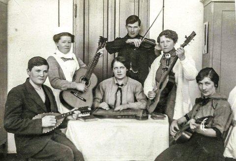 MUSIKK: Midt på bildet sitter Lydia (1894–1969) fra Kornsjø og spiller siter i et orkester som var dannet på sanatoriet.