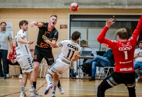 """SKUFFET: Toke Schrøder scoret ni mål, men måtte skuffet innse at det ble en ny """"nesten-kamp"""" for nestjumbo Halden Topphåndball."""