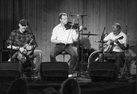 DEBUT-ALBUM: Halden-trioen Fir Arda består av (f.v) Ketil Simonsen-Liland (fløyter, akustisk lap steel gitar og irsk sekkepipe), Espen Olsen (fele) og Juha Rossi (bouzouki, mandolin, tenor banjo, gitar, bodhran). Nå har de sluppet sitt debut-album.