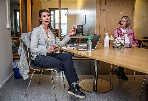 Kommuneoverlege Lise Wangberg Storhaug (t.h) forteller om smittetilfeller i Fredrikstad som ikke vil si hvem de har som nærkontakter, når koronateamet ringer. Dette er straffbart – men samtidig skal det mye til for at helsetjenesten i seg selv går til anmeldelse. Her fotografert med kommuneoverlege Sofie Lund Danielsen ved en tidligere anledning.