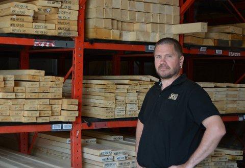 USIKKERHET: Patrick Olsen forteller at det er vanskeligere å gi kundene en tid for når de får inn mer av varer det er tomt for.