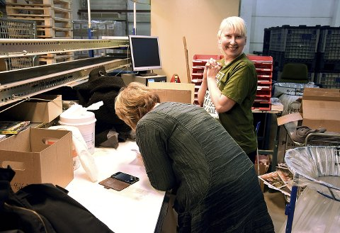 UT FRA LAGERET: Elena Rinden pakker Skyggespill ved Sentraldistribusjonens lager på Skarnes. Hun ble skikkelig glad for å få ei bok med hilsen fra forfatteren.