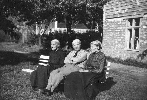 Tre systre:  i eldre dagar. Frå v. Maria Garen, Annetta Garathun og Anna Lægreid , Tråa 1939.  Foto: Leif Høel