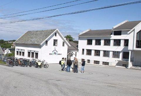 EIDE SKOLE: Eide skole i Kopervik er gammel og har dårlig romkapasitet. Der klarer man ikke full åpning fra mandag.