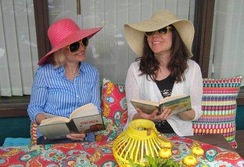 SOMMERLESNING: Bibliotekarene Hege Vikse og Ingrid Nygård antrukket for sommerlesing på balkongen.