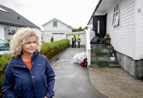 NABO: Synnøve Aanensen Sørensen og ektemannen Einar Aanensen Sørensen hørte smellet og var raskt på pletten for å hjelpe naboene. Foto: Jan Kåre Ness