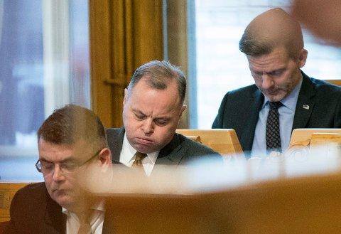 Stortingspresident Olemic Thommessen (H) puster ut under møtet om overskridelsene i Stortingets byggeprosjekt tirsdag. Foto: