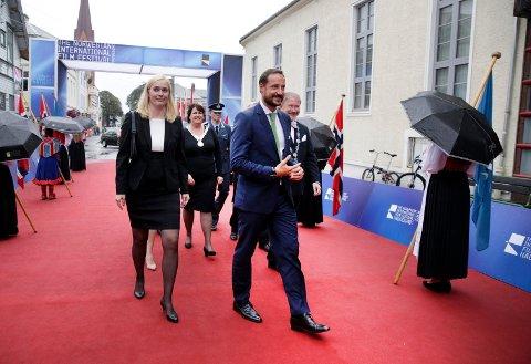 GRØNT LYS: Filmfestivalsjef Tonje Hardersen følger Kronprins Haakon inn til åpningen av festivalen i 2015. Med tidligere fylkesordfører Janne Johnsen og ordfører i Haugesund, Petter Steen jr i bakgrunnen.