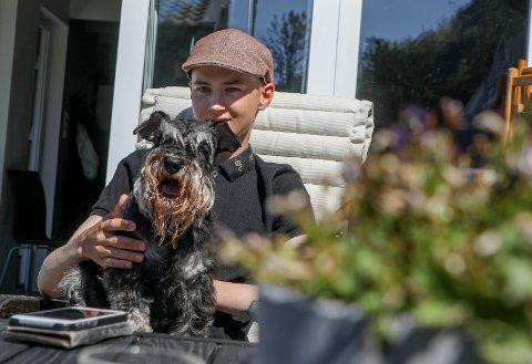 FINE DAGER: Ole Wee og hunden Daisy koser seg hjemme i hagen i Skåredalen. - Det har vært fint vær hver dag siden jeg ble friskmeldt, sier 19-åringen.