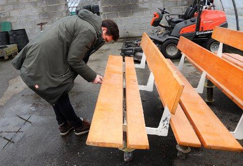 BENKER: Parkleder Vegard Forberg ved noen av benkene fra ventehallen på Flotmyr.