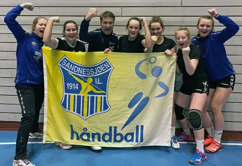 Håndballforbundets spillerutvikler Kjell Einar Westrum flankert av 2002-jenter fra SIL. Fra venstre Ida Øyen, Kristine Jacobsen, Kjell Einar Westrum, Nora Johansen Nordnes, Julie Henriksen, Julie Arstad og Marlene Karlsen.
