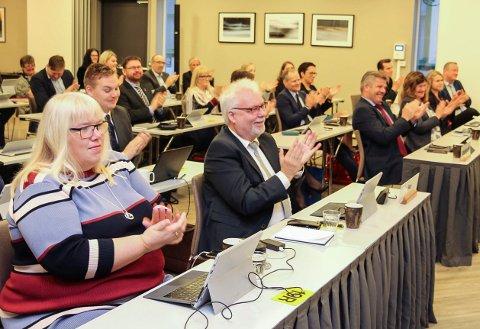 Høyre, her representert ved  Beate Bø Nilsen og Kai Henriksen, førte an i kampen mot parlamentarismen på fylkestinget denne uka.