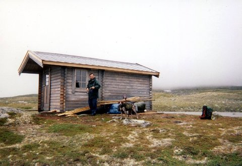 Denne hytta i Viermadalen ble revet etter at to rettsinstanser fastslo at den var ulovlig oppsatt.