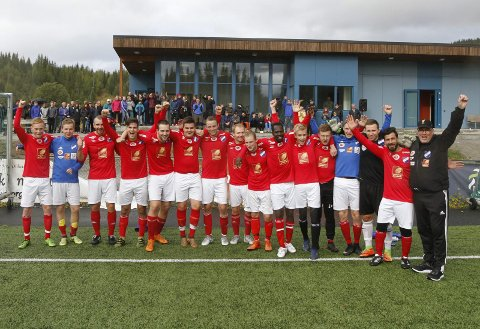 OPPRYKK: Grane-spillerne kunne juble foran sit trofaste publikum på Vegset etter 3-1 over Herøy/Dønna. De rykker opp fra 6. divisjon fire runder før slutt.  Foto: Per Vikan