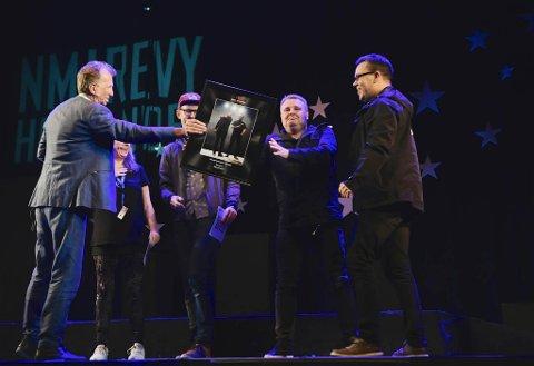 PRESTEN: Tommy Berg og Jan Gunnar Evertsen (til høyre) i Altarevyen fikk prisen for beste sketsj med «Presten». Juryen besto av Øyvind Angeltveit (til venstre), Marit Voldsæter og Nils Petter Mørland.