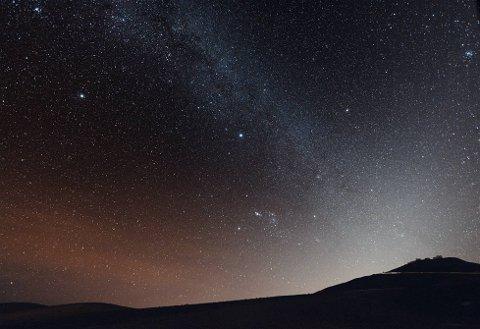 ÅRLIG HENDELSE: Hvert år kommer en sverm av Geminide-meteorer i en stor fart over himmelen. I år kommer svermen kveld og natt til 14. desember, samme dato som nøyaktig to år siden. Meteorene kan sees over store deler av landet, men meteorologen sier det likevel er best sjanse for å se dette i Nord-Norge og Finnmark.