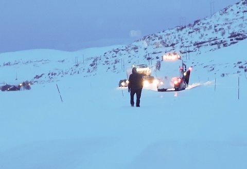 VÆRFAST: Veien mellom Snefjord og Havøysund ble stengt onsdag ettermiddag – etter at Jan-Eric Bengtsson og flere andre hadde kjørt opp dit. Bildet er tatt cirka klokken 18:00.