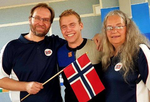 VERDENSMESTER: Benjamin Tingsrud Karlsen flankert av foreldrene Per Olav Karlsen og Vera Tingsrud.