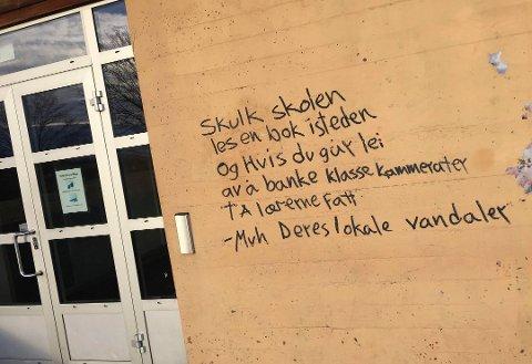 VASKET BORT: Dette skal ifølge Bjørn Ulrichsen i Holmestrand kommune være noe av taggingen som guttene har måttet fjerne selv.
