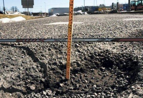 16 centimeter dypt: Ikke spesielt moro å treffe dette hullet i god fart. Det betyr utgifter for bileier, men inntekter for bilverkstedet. Foto: Ulrikke G. Narvesen