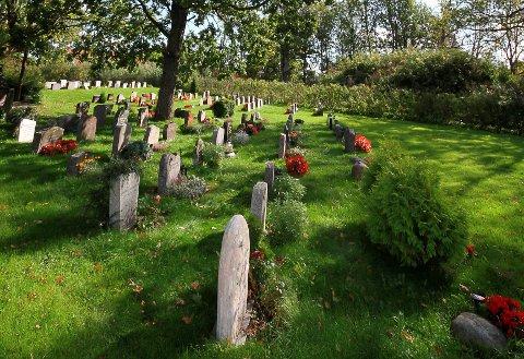 RESPEKTLØST: Flere opplever tjuverier fra minnestedene til sine kjære. Det var et trist syn som møtte Obert Johansen og barna dagen etter 17. mai på Botne kirkegård.
