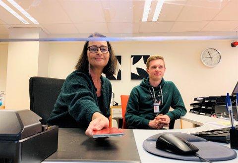 HJELPER TIL MED FORNYING: Førstekonsulentene Kirsten Landro og Stian H. Kristiansen jobber ved passkontoret i Stokke.