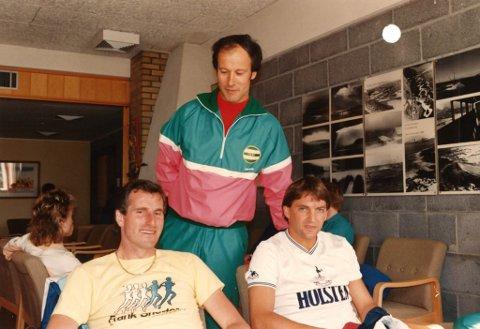BESØK: Åsmund Røst (bak), stolt over å ha fått storfint besøk fra England. Ray Clemence til venstre og Gary Mabbutt til høyre.