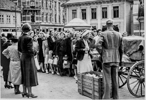 På rekke og rad: Under krigen sto folk i kø bestandig. Dette e et glimt fra Torv, hvor folk sto i kø for å sikre seg noen ferske grønnsaker.