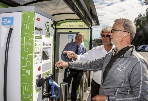 Prøver: Onsdag innvies den nye ladestasjonen for elbiler på Kalstad. Fra venstre Lars Erik Kjendal, Lars Kjendal og Geir Elsebutangen.