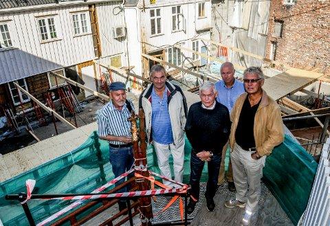 Byggeplassen: Det nye Kittelsenkvartalet er under bygging. Fra venstre Harald Carlsen, Lars Kjendal, Knut U. Bakke, Bjørn Andersen og Terje Borge.