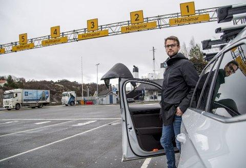 Fergene skal bli elektriske. Bra, mener Are Martin Kongestøl som skal til Austevoll. Men billig blir det ikke å fornye fergeflåten i Hordaland. Foto: EIRIK HAGESÆTER
