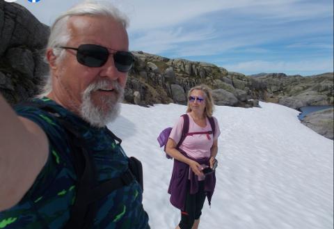 REISER NORDOVER: Ekteparet Steinar (t.v.) og Audhild Nilsen (begge 65) frå Husnes blei trekt ut blant mange interessentar til å prøvebu i bygda Bugøynes i Finnmark. Etter sommaren vender dei nasa nordover.