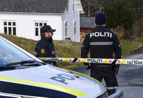 Mannen som er sikta for drap er varetektsfengsla i fire veker. Her frå Varaldsøy, der politiet sperra av eit stort område i nærleiken av der den avdøde blei funnen.