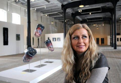 JOBBER MED GLASS: Aino Jensen er aktuell med en ny utstilling. Bildet er fra en tidligere utstilling.