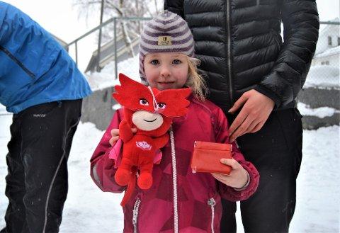 FORNØYD: Lone Haug (5) hadde vunnet en fin, rød bamse på lykkehjulet.