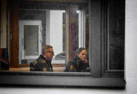 AVHØR PÅGÅR: Politiet er fortsatt på stedet å foretar avhør.