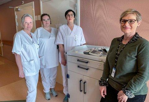 KLARE: Det ble etablert en helt ny sengepost beregnet for korona-pasienter i mars, da dette bildet ble tatt. Nå er korona-pasientene isolert på ordinær sengepost. Fra venstre: Bente Holvik, Tonje Mariann Granum, Ylva Sandness og Nina Kristiansen.