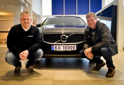 Knut Olsen har kjøpt den første KU-registrerte bilen på Kongsberg. BilSpitens Roar Lande sier det var ren flaks at de fikk æren av å registrere den første KU-bilen.