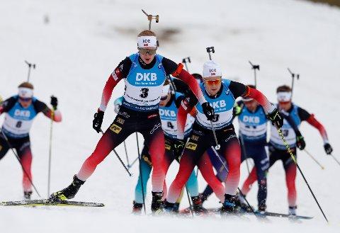 FEMTEMANN: Erlend Øvereng Bjøntegaard (helt til høyre) ble nummer fem på fellesstarten i Tsjekkia. Johannes T. Bøe som her fører vant. AP Photo/Petr David Josek