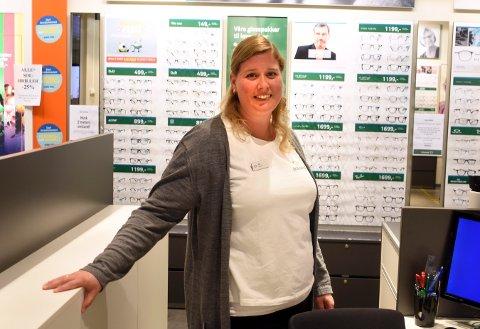 GOD START: Butikksjef Elin Otterstad ved Brilleland på Stortorvet kjøpesenter lot seg overraske over antallet kunder da de åpnet igjen denne uka.