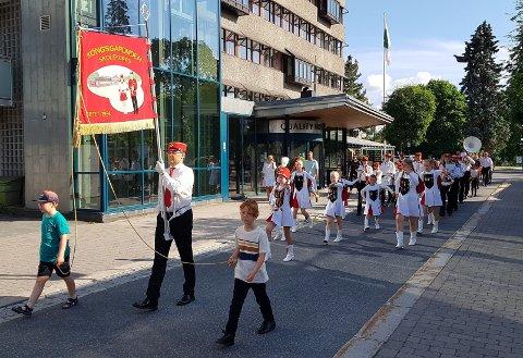 Kongsgårdmoen skolekorps marsjerer i byen