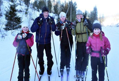 FINE FORHOLD: Miriam, Geir Øystein, Benjamin, Åse T. og Sunniva Andersen hadde en fin skitur til Korset lørdag.