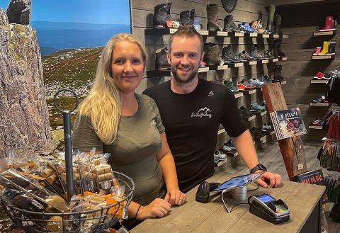 """UTVIDER: Fredag kunne Christine og Ola Fosshaug ønske velkommen til en """"ny"""" butikk."""