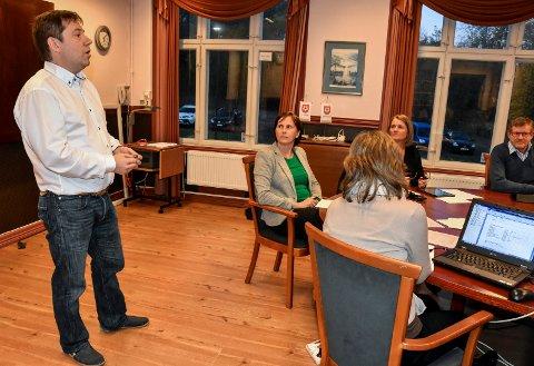 BLE IKKE BØNNHØRT: Rune Fortun (t.v.) er styreleder i Gunnersbråtan barnehage på Tranby. Han tok ordet før det første møtet i grunnskole-, barnehage- og kulturutvalget 20. oktober. Utvalgsleder Marianne Berg (V), kommunalsjef Bente Gravdal og Knut Røssum (Ap) lyttet til innspillet, men utvalget valgte likevel å avvise barnehagens søknad om ekstra tilskudd.