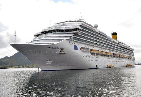"""MILJØ: Kommuner med cruiseanløp stiller miljøkrav til skipene. – Vi må få slutt på utslippene, mener Cruise Norway. """"Costa Pacifica"""" besøkte Leknes havn i 2017 med plass til 3780 passasjerer."""