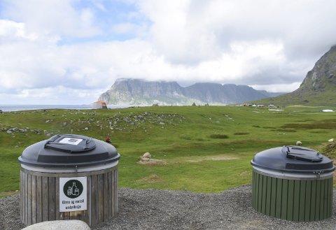 Retur på turen: Uttakleiv grendelag har satt opp containere for glass og restavfall