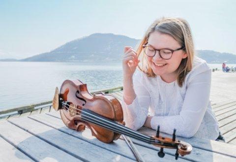 FORELSKET I BRATSJ: Det spirer og gror i Flakstads blomstrende musikkmiljø. Talentet Emma Mørkved (22) vokste opp på Ramberg, hvor hennes kjærlighet til bratsj ble vekket. Her er hun fotografert i Harstad.
